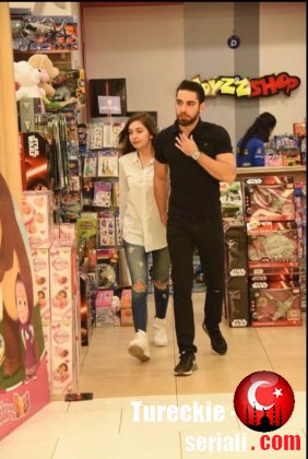 Кадир Догулу и Неслихан Атагюль в магазине детских товаров