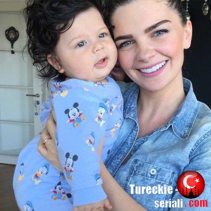 Пелин Карахан проводит время с сыном